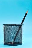 Ein Bleistift in einem Maschendrahtbleistift Lizenzfreies Stockbild