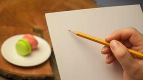 Ein Bleistift in einer Hand Lizenzfreie Stockbilder
