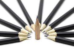 Ein Bleistift unter vielen Bleistift Lizenzfreie Stockfotos