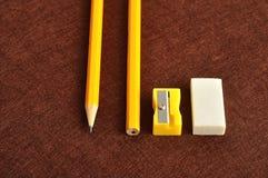 Ein Bleistiftspitzer, ein Radiergummi und ein gelber Bleistift zwei Lizenzfreies Stockbild