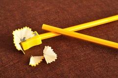 Ein Bleistiftspitzer und ein gelber Bleistift zwei Stockfotografie