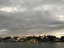Ein Blick über der Bucht an den Yachten und an den Villen im Miami Beach, Florida Stockfoto