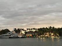 Ein Blick über der Bucht an den Yachten und an den Villen im Miami Beach, Florida Stockbild