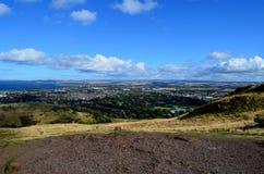 Ein Blick in Edinburgh von Archer& x27; s-Hügel Lizenzfreie Stockfotografie