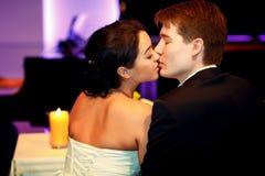 Ein Blick von hinten auf einem küssenden Hochzeitspaar Stockfotos