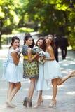 Ein Blick von hinten die an hübschen, lustigen Brautjungfern, die in stehen Lizenzfreie Stockbilder