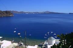 Ein Blick von Thirassia-Insel zu Santorini Stockfotografie