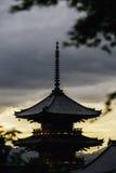 Ein Blick zum Kiyomizu-deratempel bei Sonnenuntergang stockfotos