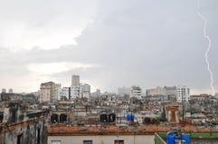 Ein Blitz über den Dachspitzen Lizenzfreies Stockbild