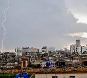 Ein Blitz über den Dachspitzen Lizenzfreies Stockfoto