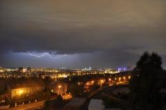 Ein Blitz über der Stadt Stockfotos