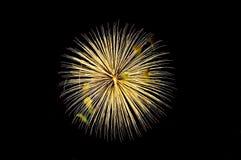 Ein Blitz von gelben Grußfeuerwerken Stockfoto