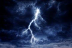 Ein Blitzschlag auf einem bewölkten drastischen stürmischen Himmel Stockbild