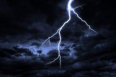 Ein Blitzschlag auf einem bewölkten drastischen stürmischen Himmel Stockfotos