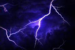 Ein Blitzschlag auf einem bewölkten drastischen stürmischen Himmel Lizenzfreies Stockfoto