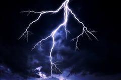 Ein Blitzschlag auf einem bewölkten drastischen stürmischen Himmel Lizenzfreie Stockfotografie