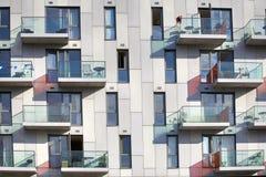 Ein Block des modernen Wohngebäudes neben dem Kanal des Regenten (London) Stockbild