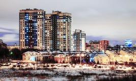 Ein Block mit Mehrfamilienhäusern am Winter nachts lizenzfreies stockbild