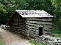 Ein Blockhaus benutzt von den Siedlern in den Bergen von Virginia Lizenzfreie Stockfotos