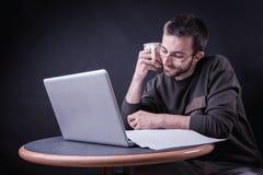 Ein Blog mit etwas Kaffee schreibend, seien Sie Herausgeber freiberuflich tätig Stockfotografie