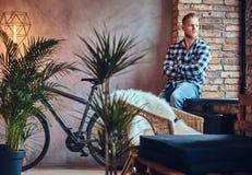 Ein blonder bärtiger Hippie-Mann kleidete in einem Vlieshemd und -jeans an Lizenzfreies Stockfoto