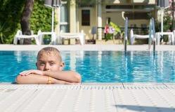 Ein blonder Junge, der lernt zu schwimmen Lizenzfreies Stockbild