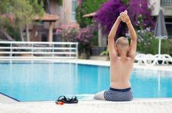Ein blonder Junge, der lernt zu tauchen Stockfoto