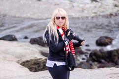 Ein blonder weiblicher Fotograf schaut verärgert und umgekippt lizenzfreies stockbild