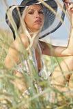 Ein blondes Baumuster im weißen Bikini Lizenzfreie Stockbilder