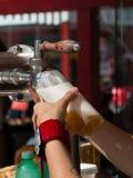Ein blondes Bier vom Hahn gießend, ziehen Sie ein halbes Liter Stockbilder