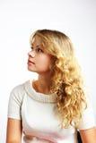 Ein blondes Mädchen, das oben schaut Lizenzfreie Stockfotos