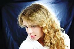 Ein blondes Mädchen, das unten schaut Stockfotografie