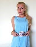 Ein blondes Mädchen in der Verwirrung oder in der Verwirrung Lizenzfreie Stockfotografie