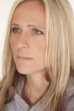 Ein blondes Schauen des Frauenabschluss-Gesichtes zur Seite Stockbilder