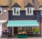 Ein Blumenladen öffnete sich in einem alten Haus, gesehen in Rye, Kent, Großbritannien Stockfotos