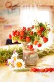 Ein Blumenstrauß der Kindheit von den roten Erdbeeren stockfotografie