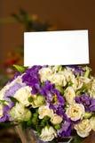 Ein Blumenstrauß der Rosen mit einer weißen Karte Stockbilder