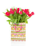 Ein Blumenstrauß der roten Tulpen in einem Beutel Lizenzfreie Stockbilder