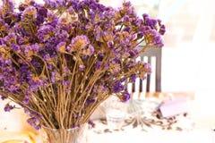 Ein Blumenstrauß der violetten Blume im Vase, der zu bereit ist, feiern für dieses Abendessen stockfotografie