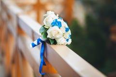 Ein Blumenstrauß einer Braut von den weißen blauen Blumen, ein Blumenstrauß von Rosen Hochzeitsblumenstrauß in der Natur Lizenzfreies Stockfoto