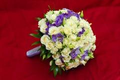 Ein Blumenstrauß getrennt auf rotem Hintergrund Stockfotos