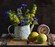 ein Blumenstrauß ist in einem Watering-can Lizenzfreie Stockfotos