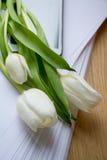 Ein Blumenstrauß von Blumen auf dem Tisch im Büro Stockfotos