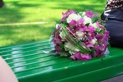Ein Blumenstrauß von Blumen auf der Bank Lizenzfreie Stockfotografie