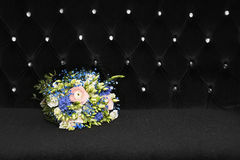Ein Blumenstrauß von Blumen auf Schwarzem Stockfoto