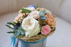 Ein Blumenstrauß von Blumen in einem Eimer Lizenzfreies Stockbild
