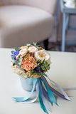 Ein Blumenstrauß von Blumen in einem Eimer Lizenzfreie Stockfotos