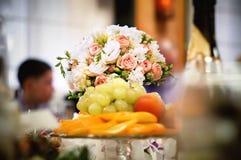 Ein Blumenstrauß von Blumen mit Früchten Stockfotos