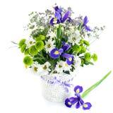 ein Blumenstrauß von Iris blüht in einem Weidenkorb Lizenzfreies Stockbild