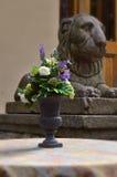 Ein Blumenstrauß von künstlichen Blumen in einem Vase Lizenzfreies Stockfoto